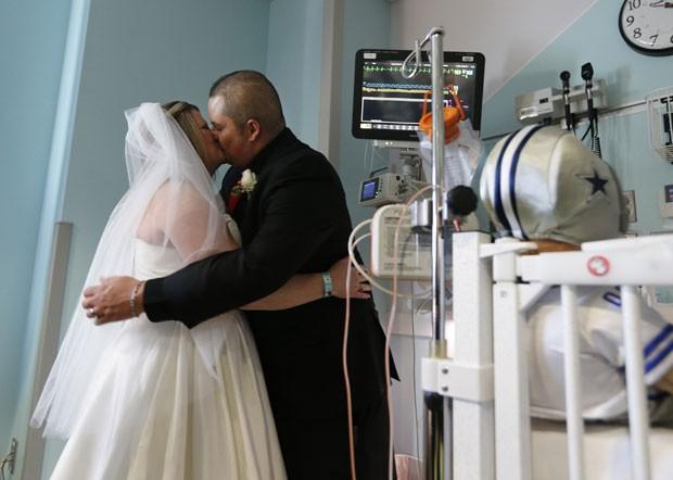 Pais de bebê prematuro internado na UTI se casam no hospital  (Foto: Divulgação)