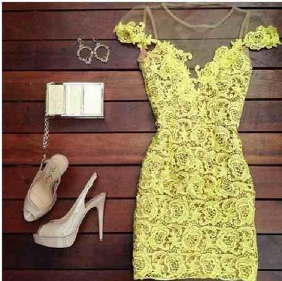 Vestido lindo curto e com rendas amarelas