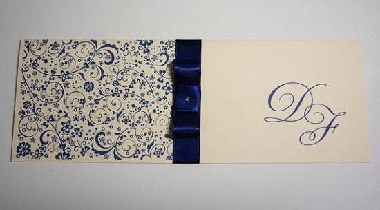 Convite de casamento com as cores azul e branca