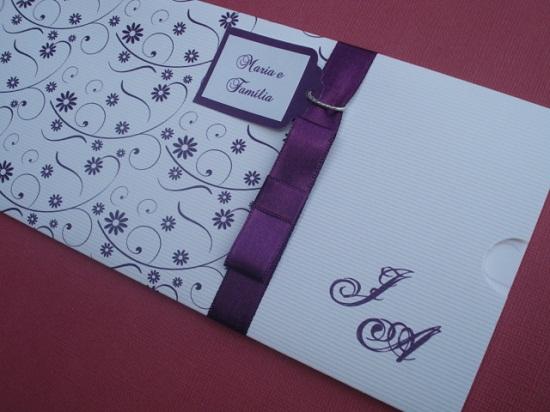 Convite de casamento com laço roxo e papel branco