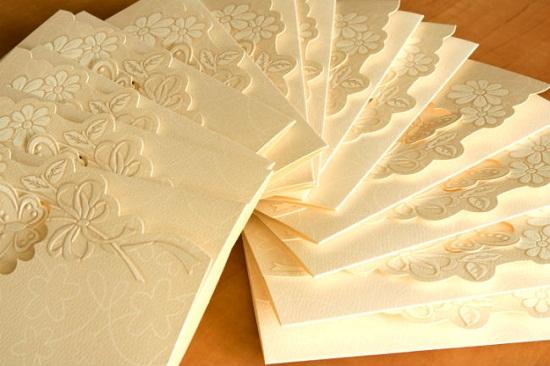 Convite de casamento com cor creme envelope