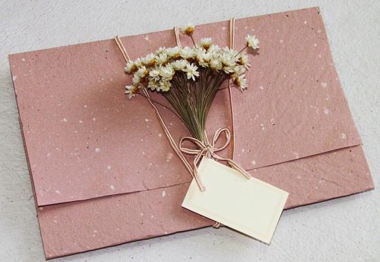 Convite de casamento com flor artificial