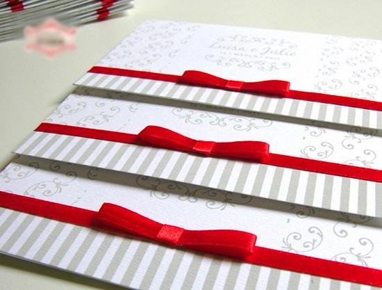 Convite de casamento branco com fita vermelha