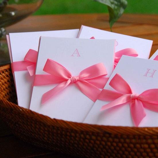 Convites de casamento diferente e lindo com fita rosa