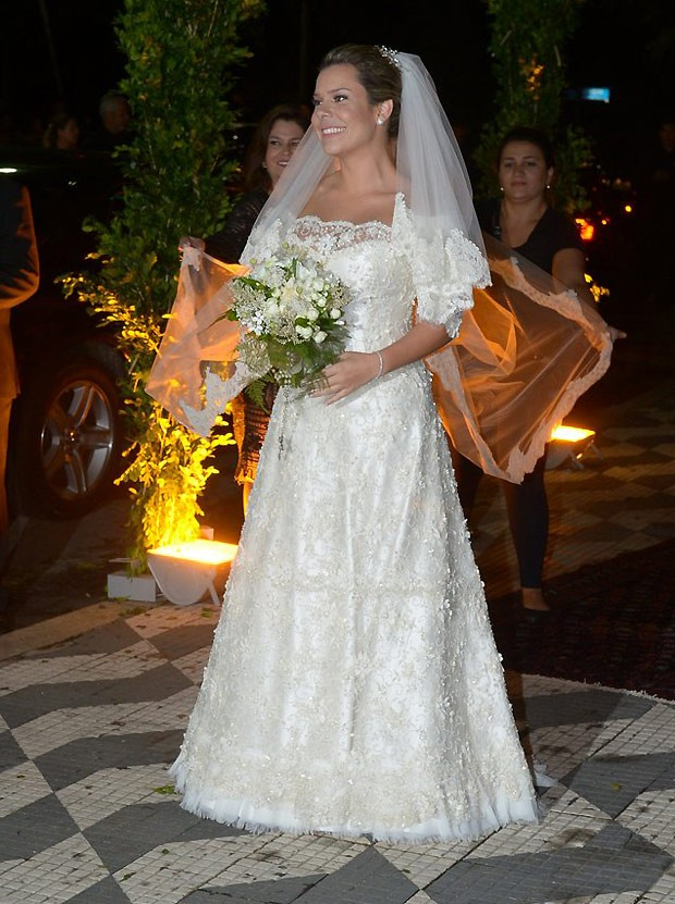 Modelo e vestido de noiva Fernando de Noiva