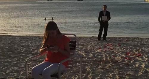 Jennifer assistindo pedido da parcela