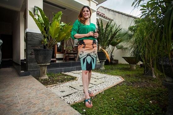 Lia em frente de sua casa esperando um novo proprietário interessado e futuro esposo