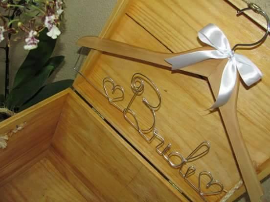 Cabide decorado do sorteio Help Casamentos e Cabides Decorados Noivas e Cia