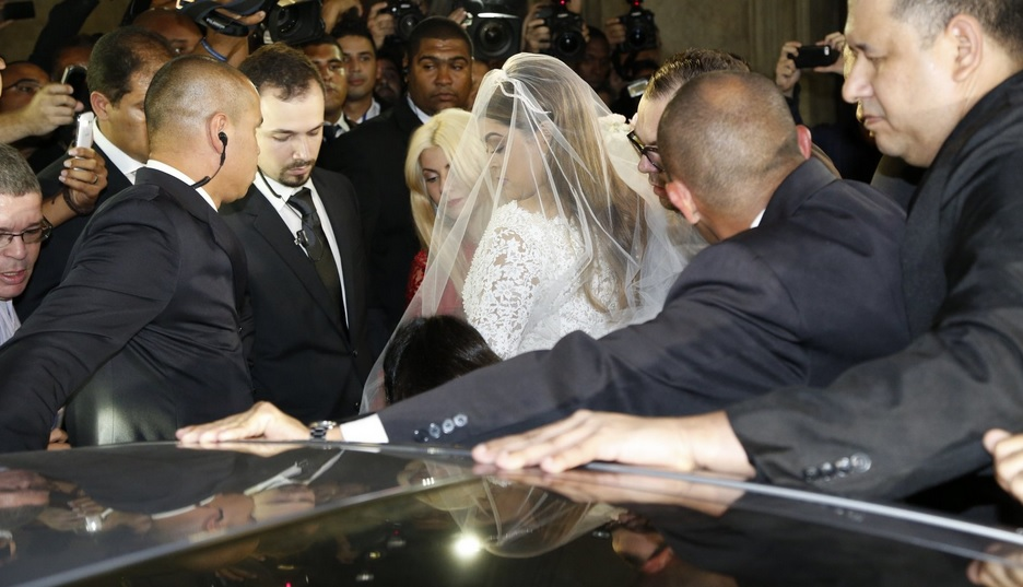 Preta optou por um vestido de noiva com véu e bem tradicional