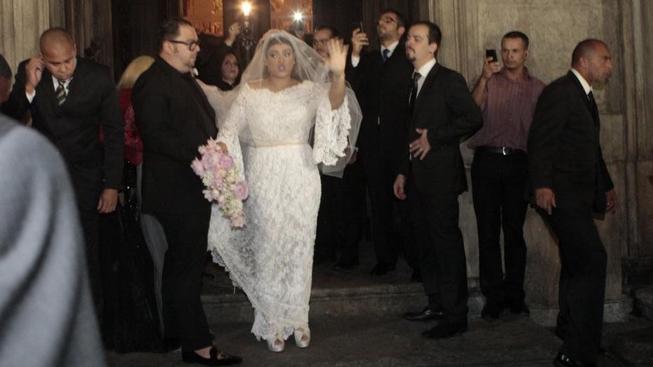Preta demonstra sua alegria na chegada da igreja