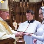 Vestida de noiva, professora se casa com Jesus Cristo